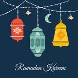 Hand drog hängande arabiska lyktor Garnering med månen, stjärnor Ramadan Kareem hälsningkort vektor illustrationer