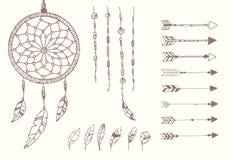 Hand drog indianfjädrar, dröm- stoppare, pärlor och pilar royaltyfri illustrationer