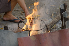 Hand durch trockenes Holz im Winterzeitraum von abzufeuern des Mannversuchs, nördlich Lizenzfreie Stockbilder
