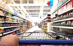 Hand duwend karretje in supermarkt Royalty-vrije Stock Afbeelding