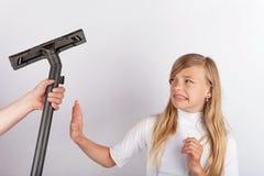 Hand een vacuümbuis houden maar het meisje die huishoudelijk werk weigeren Royalty-vrije Stock Afbeeldingen