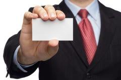 Hand in einem Anzug, der Visitenkarte zeigt Stockbilder