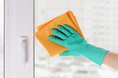 Hand in einem grünen Handschuh Stockbild