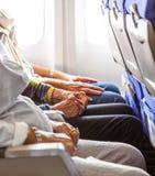 Hand einer älteren Dame in den Flugzeugen Lizenzfreie Stockfotos
