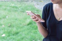 Hand einer Frau, die einen Smartphone hält Lizenzfreies Stockfoto