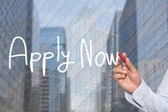 Hand einer Geschäftsmannhand jetzt gezeichnet einem Wort des Konzeptes von Apply lizenzfreies stockbild