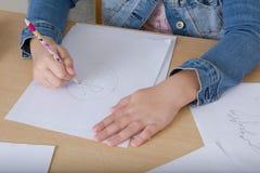 Hand einer Kinderzeichnung auf Weißbuch Lizenzfreie Stockbilder