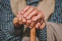 Hand eines älteren Mannes, der einen Stock hält Lizenzfreies Stockbild