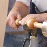 Hand eines Handwerkers beim Arbeiten mit der Drehbank Stockfotos