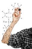 Hand eines Kursteilnehmermädchens, das eine chemische Formel zeichnet Lizenzfreies Stockfoto