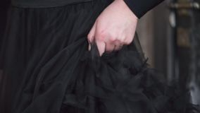 Hand eines Mädchens, das ihr Kleid berührt stock video