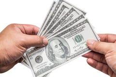 Hand eines Mannes, der eine aufgelockerte Handvoll von 100 Dollar hält Lizenzfreie Stockbilder