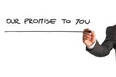 Hand eines Mannes, der Ihnen unser Versprechen auf einen virtuellen Schirm schreibt Stockfotos