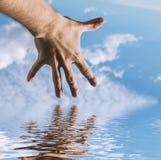 Hand eines Mannes, der in Richtung zu zum Himmel erreicht Lizenzfreie Stockfotografie