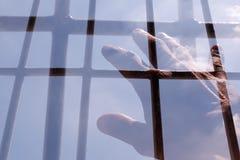 Hand eines Mannes, der zum Himmel erreicht Stockfotografie