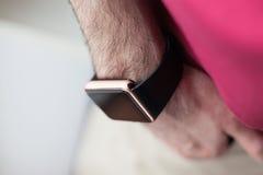 Hand eines Mannes mit intelligenten Uhren stockfotografie