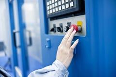 Hand eines weiblichen Technikers Lizenzfreies Stockbild