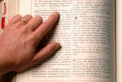 Hand en bijbel Stock Foto's