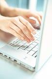 Hand en computer. Stock Afbeeldingen