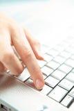 Hand en computer. royalty-vrije stock foto