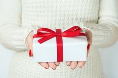 Hand en gift over witte achtergrond Royalty-vrije Stock Afbeeldingen