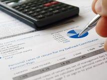 Hand en investeringsgrafiek Stock Foto's