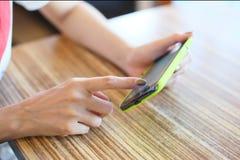 Hand en mobiele telefoon Royalty-vrije Stock Afbeeldingen