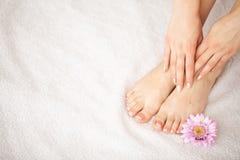 Hand en Nagelverzorging Mooie Vrouwen` s Voeten en Handen na Manicure en Pedicure bij Schoonheidssalon Kuuroordmanicure stock afbeelding