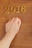 Hand en nummer 2016 op deur - nieuwe jaarachtergrond Stock Afbeelding
