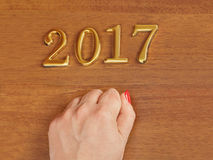 Hand en nummer 2017 op deur - nieuwe jaarachtergrond Royalty-vrije Stock Fotografie