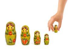 Hand en Russische stuk speelgoed matrioska Royalty-vrije Stock Afbeeldingen