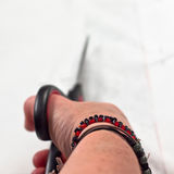Hand en schaar die vanuit de wapeninvalshoek wordt gezien Stock Foto's