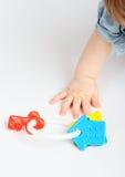 Hand en stuk speelgoed Royalty-vrije Stock Foto's