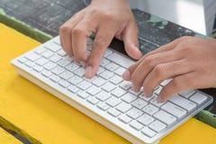 Hand en toetsenbord Royalty-vrije Stock Fotografie