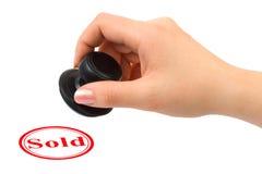 Hand en Verkochte rubberzegel stock afbeelding