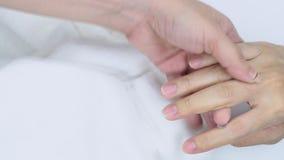 Hand en vingermassage met het conditioneren van inleidingsolie Hand en spijkerbehandeling voor gezonde huid De vingernagel van de stock videobeelden