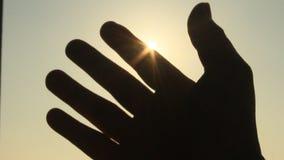 Hand en zon stock footage