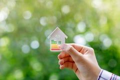 In hand energie efficiënt modelhuis royalty-vrije stock afbeelding