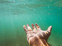 Hand erreicht für Hilfe Lizenzfreies Stockfoto