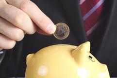 Hand, euro en piggybank Royalty-vrije Stock Foto's