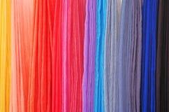 Hand färgade scarves på en lokal festival Royaltyfri Foto