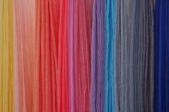 Hand färgade scarves på en lokal festival Royaltyfria Foton