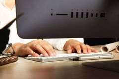 Hand för affärskvinna genom att använda datoren Arkivbild