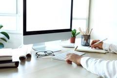 Hand för affärskvinna genom att använda datoren Fotografering för Bildbyråer