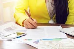 Hand för affärskvinna som undertecknar upp ett avtal, slut begrepp för avtalsöverenskommelse eller för affärsavtal fotografering för bildbyråer