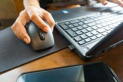Hand för affärskvinnor som arbetar med bärbara datorn Royaltyfri Fotografi