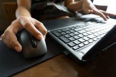 Hand för affärskvinnor som arbetar med bärbara datorn Arkivbilder