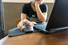 Hand för affärskvinnor som arbetar med bärbara datorn Royaltyfri Foto