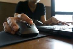 Hand för affärskvinnor som arbetar med bärbara datorn Fotografering för Bildbyråer