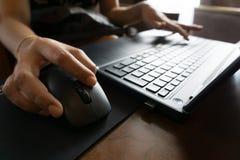 Hand för affärskvinnor som arbetar med bärbara datorn Arkivbild